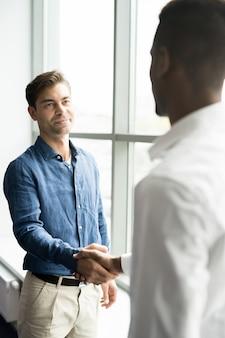 Empresário considerável satisfeito satisfeito com o negócio
