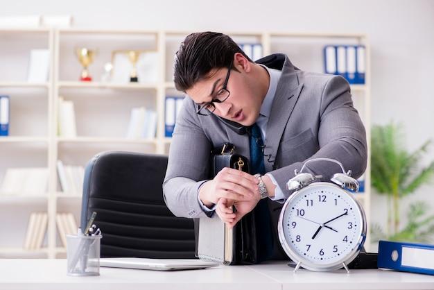 Empresário correndo no escritório
