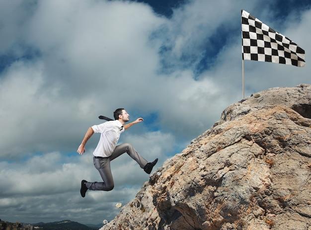 Empresário correndo para a bandeira de chegada