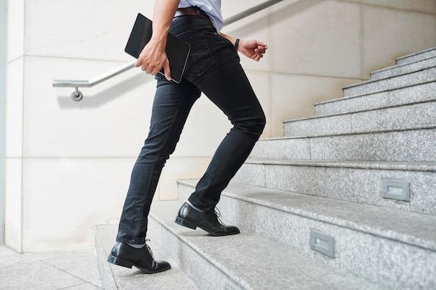 Empresário correndo para a reunião