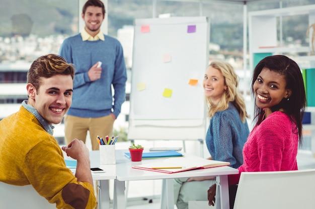 Empresário criativo dando uma apresentação