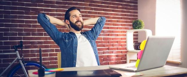 Empresário criativo relaxando no escritório