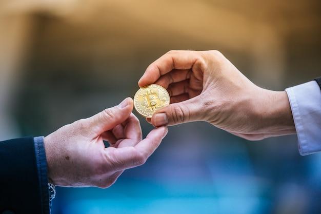 Empresário dá um bitcoin