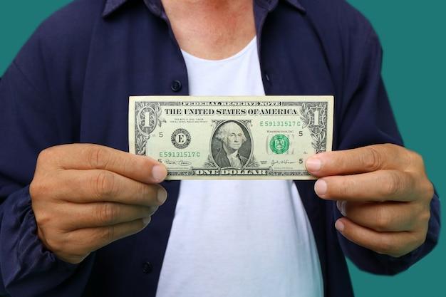 Empresário dando dinheiro, notas de dólar (usd) dos estados unidos - dinheiro
