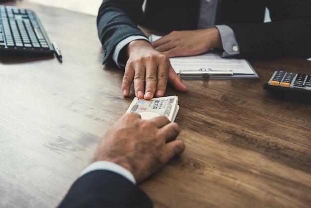 Empresário dando dinheiro