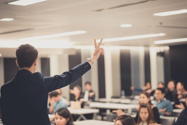 Empresário dando uma palestra sobre negócios corporativos