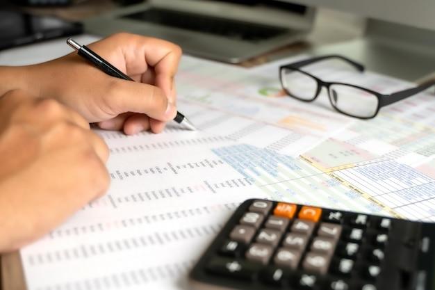 Empresário de análise contábil, trabalhando com documentos