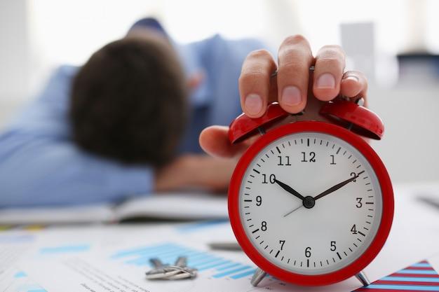 Empresário de camisa azul dormindo no trabalho no