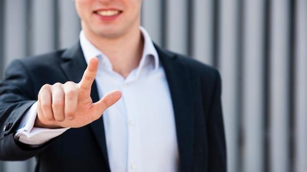 Empresário de close-up com dois dedos para cima