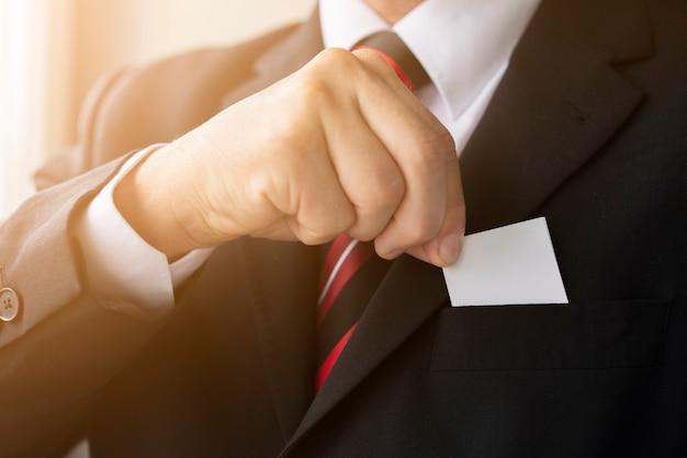 Empresário de close-up, segurando seu cartão