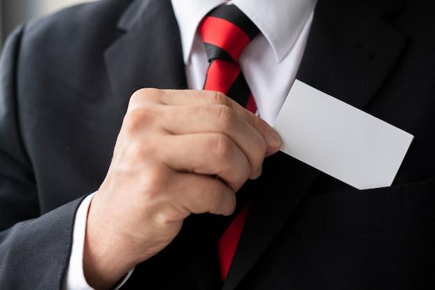 Empresário de close-up, segurando um cartão