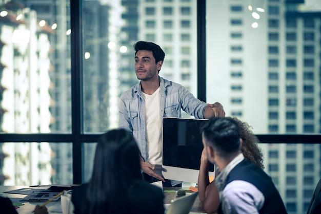 Empresário de consultoria de negócios, reunião de brainstorming relatório de projeto analisar
