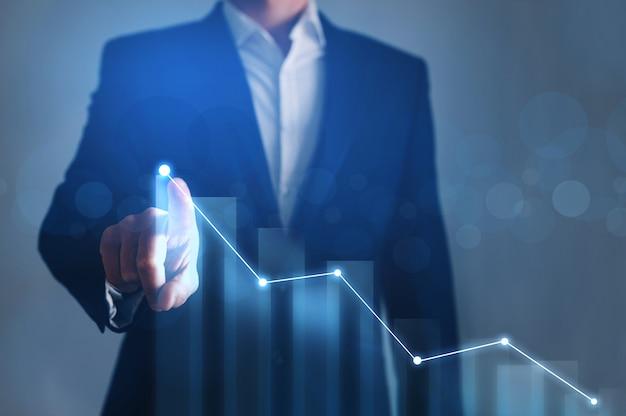 Empresário de desenho no gráfico de crescimento de tela. conceito de desenvolvimento de negócios.