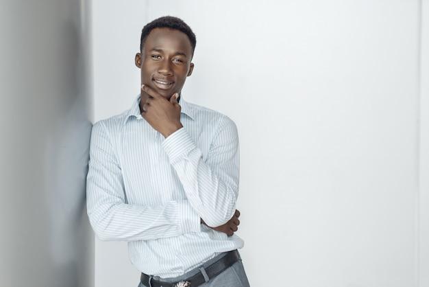 Empresário de ébano posa em prédio de escritórios. empresário de sucesso, homem negro com roupa formal, centro comercial