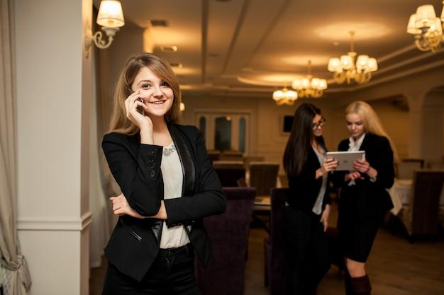Empresário de empresário quente comunicação em escritório asiático