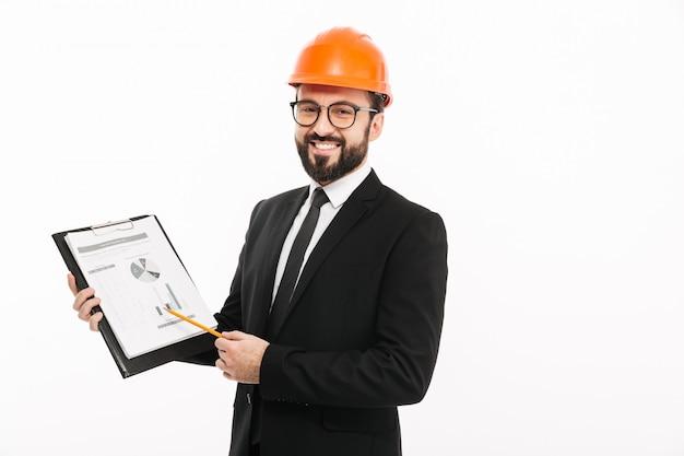Empresário de engenheiro no capacete mostrando documentos.