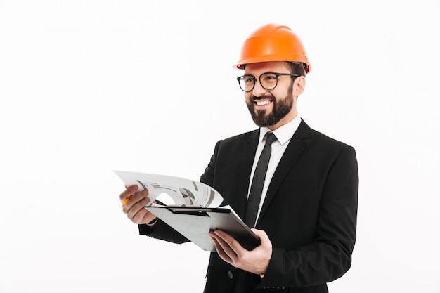 Empresário de engenheiro no capacete segurando documentos.