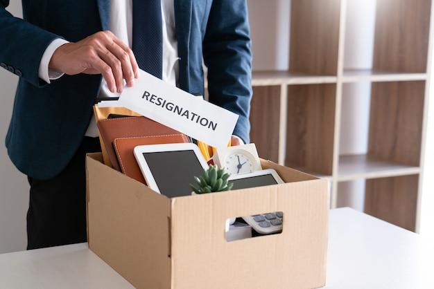 Empresário de estresse com carta de demissão
