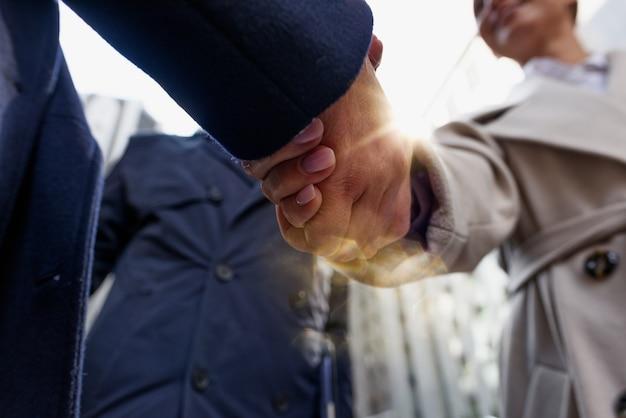 Empresário de handshaking no escritório como trabalho em equipe e parceria.