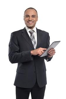 Empresário de homem negro segurando o tablet digital preto com tela de espaço de cópia