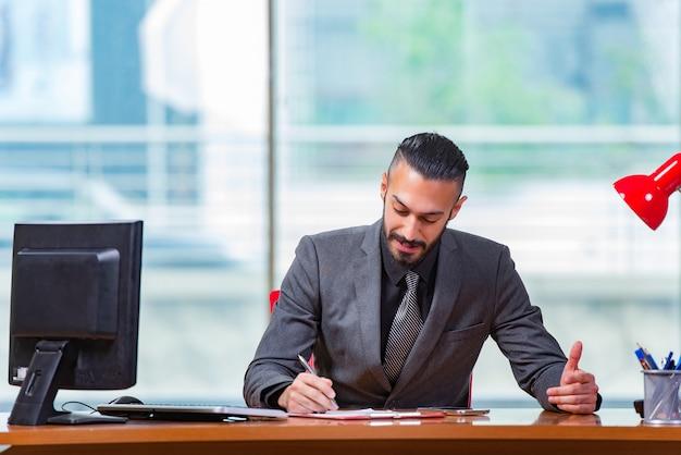 Empresário de homem trabalhando nesta mesa