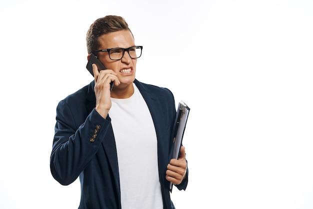 Empresário de jaqueta com óculos falando ao telefone