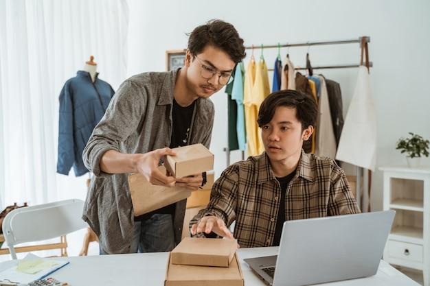 Empresário de jovens asiáticos conversando sobre o produto da embalagem