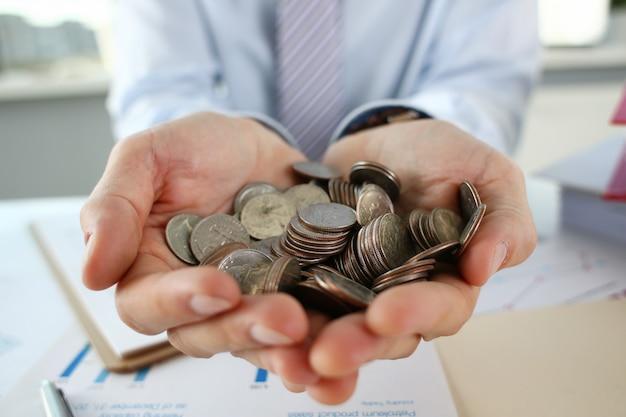 Empresário de mão colocando dinheiro de pin