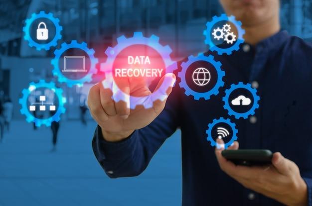 Empresário de mão tocando a interface de tela virtual do ícone de negócios digitais. conceito de recuperação de dados digitais tecnologia de computação empresarial