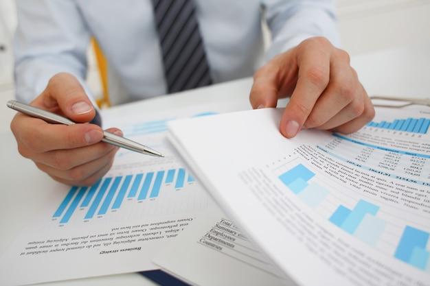 Empresário de mãos dadas e gráficos de negócios comerciais