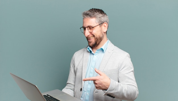 Empresário de meia-idade com um laptop