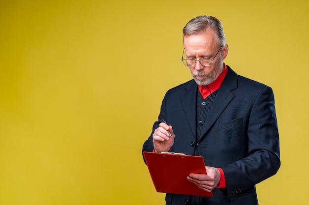 Empresário de meia idade em pé e segurando a pasta de arquivo.