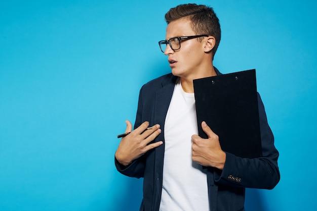 Empresário de óculos segurando uma prancheta