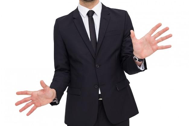 Empresário de pé com as mãos espalhadas