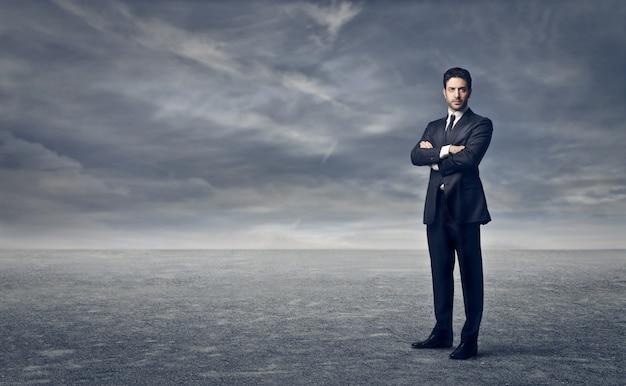 Empresário de pé em uma tempestade