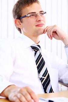 Empresário de pensamento no escritório