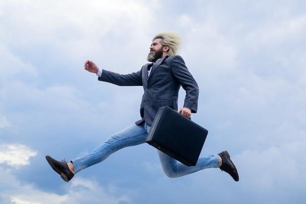 Empresário de publicidade de negócios com o empresário de ceo mala em executivos de terno ao ar livre e
