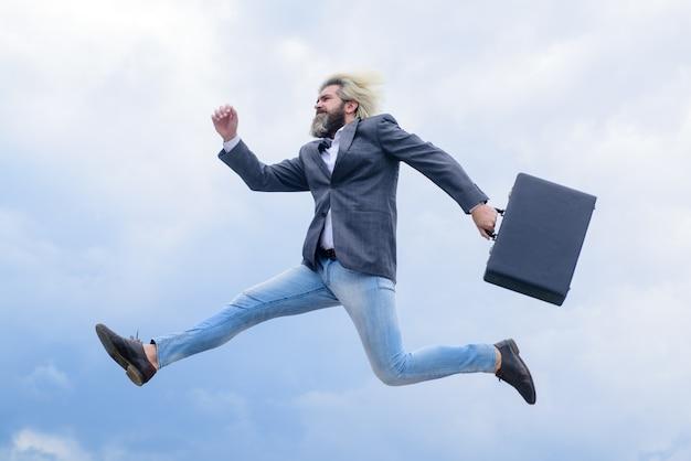 Empresário de publicidade de negócios correndo com o empresário de ceo mala em executivos de terno e