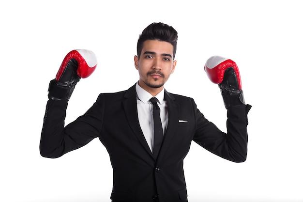 Empresário de sucesso em terno preto e luvas de boxe vermelhas isoladas no fundo branco