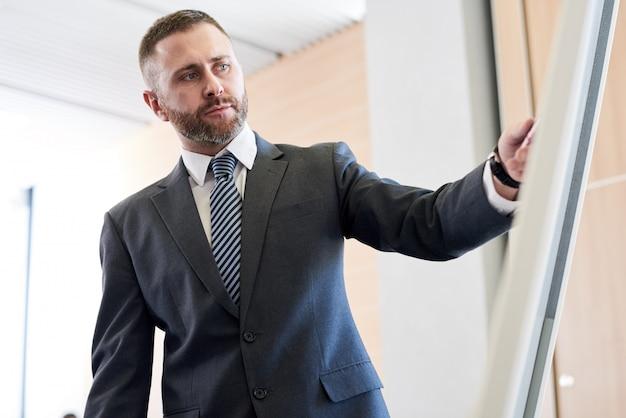 Empresário de sucesso no quadro branco