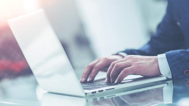 Empresário de sucesso trabalhando em um laptop no local de trabalho