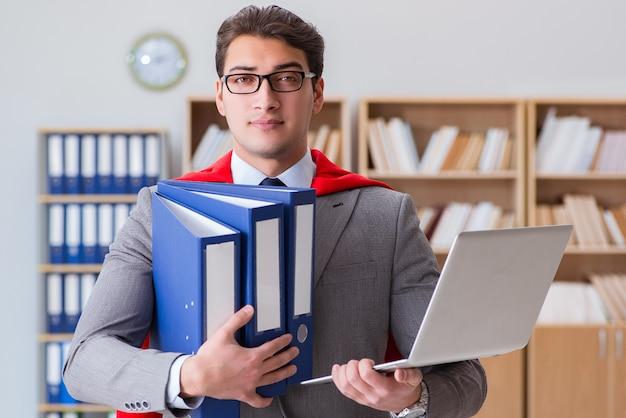 Empresário de super-herói trabalhando no escritório