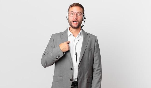 Empresário de telemarketing chocado e surpreso com a boca aberta, apontando para si mesmo