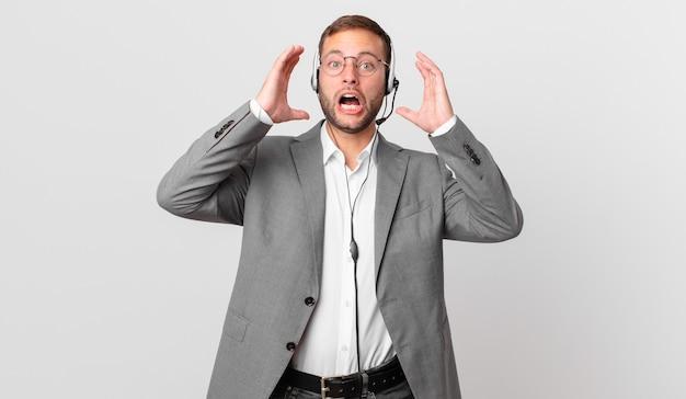 Empresário de telemarketing gritando com as mãos para o alto