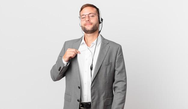 Empresário de telemarketing parecendo arrogante, bem-sucedido, positivo e orgulhoso