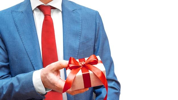 Empresário de terno azul e gravata vermelha com caixa de presente de papel ofício isolada. pessoa de negócios apresentar um prêmio. copie o espaço. publicidade, venda, desconto,