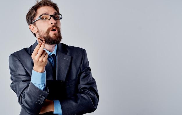 Empresário de terno com criptomoeda em documentos de moeda bitcoin de mão. foto de alta qualidade