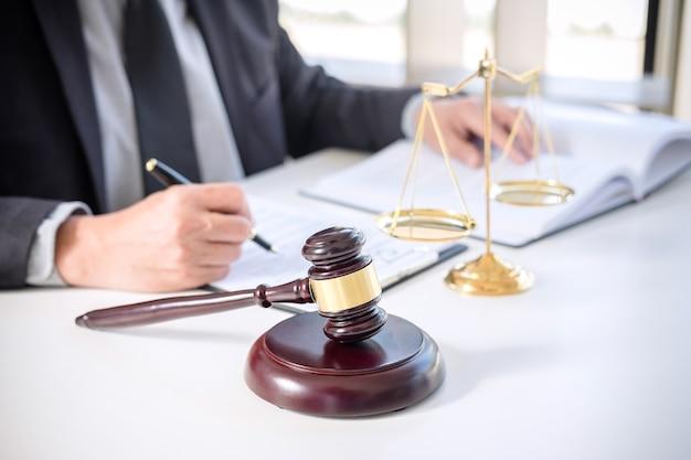 Empresário de terno ou advogado, trabalhando em um documentos
