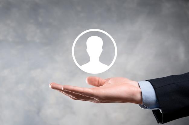 Empresário de terno segurando o ícone de mão do usuário. primeiro plano da interface dos ícones da internet.