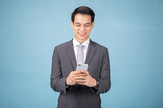 Empresário de terno usando smartphone